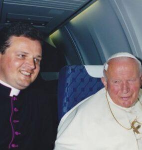 Nie jechałem do Polski, ale u Ojca Świętego było jak w Polsce - Pope John Paul II standing in front of a car - Pope John Paul II